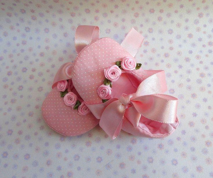 sapatilha-rosa-com-florzinhas-fita