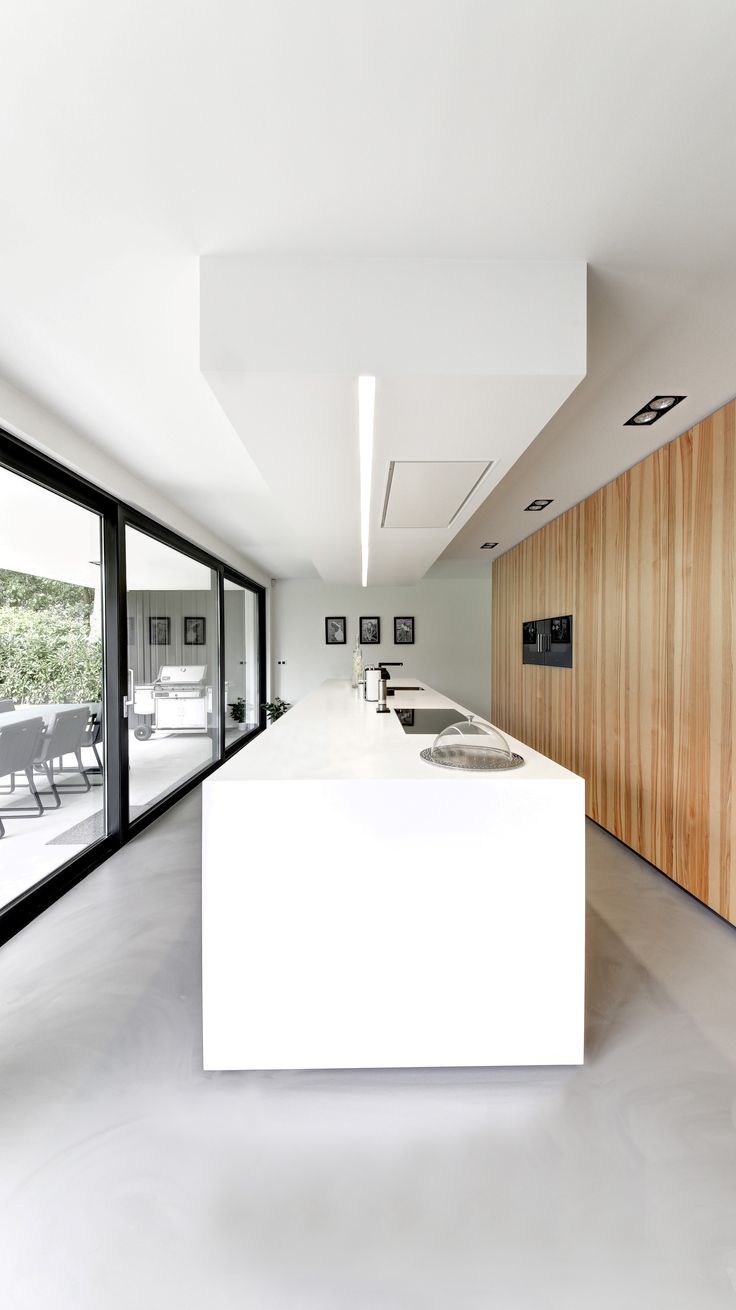 Combinatie hout, gietvloer, pui, hooglans wit + verlaagd plafond