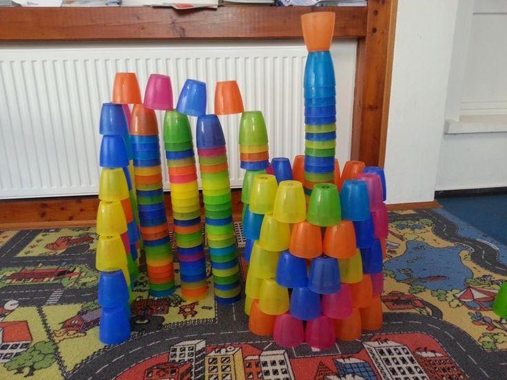 Mit Plastikbechern tolle Türme bauen! Gesehen bei: Luftsprünge - Zentrum für Motopädie und Psychomotorik