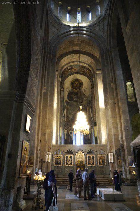Der Innenraum der Swetizchoweli-Kathedrale in Mtskheta, der ehemaligen Hauptstadt von Georgien.