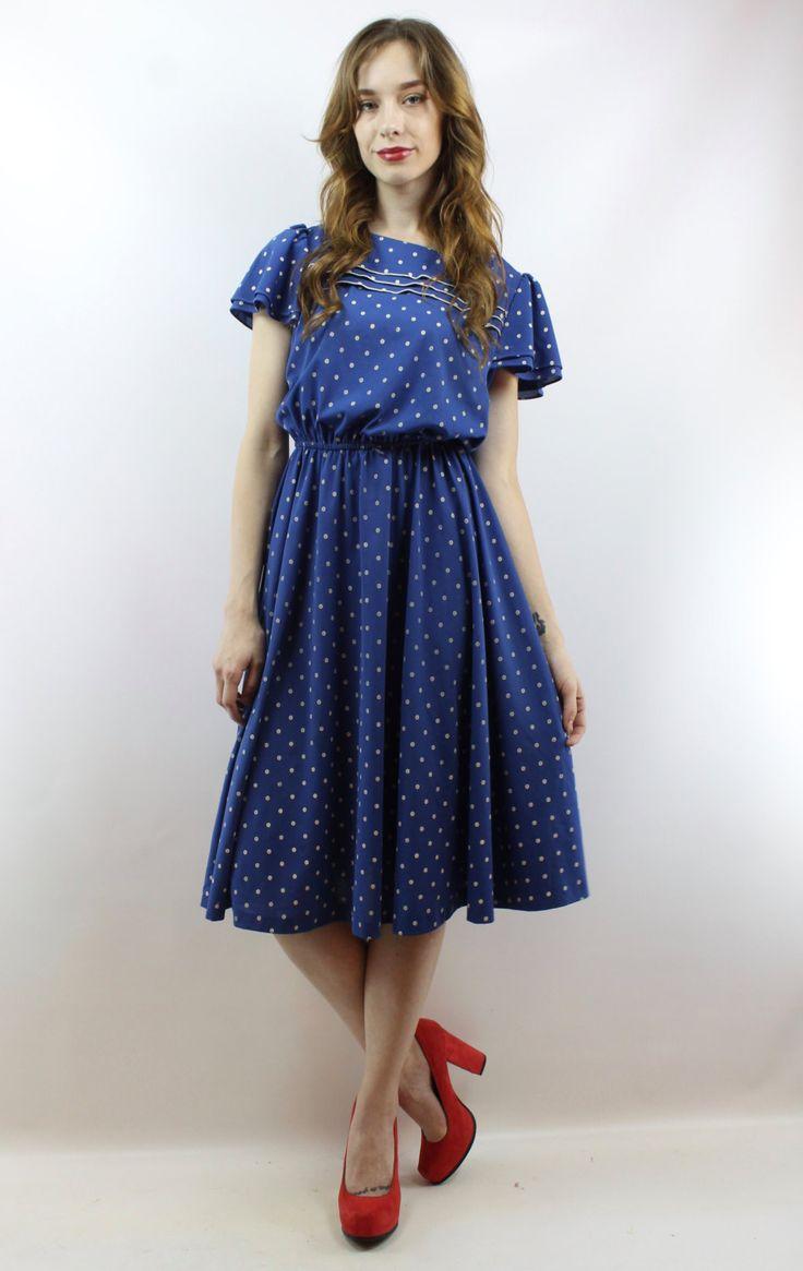 Das Element: Vintage 80er blau + weiß gepunkteten MIDIKLEID. Flattern Sie Ärmel. Gummizug in der Taille. Zubehör sind nicht enthalten. Wir nur Liebe, Liebe, liebe dieses Kleid und wir wissen, dass Sie auch! Bitte beachten Sie: Unser Modell ist 59 & trägt normalerweise eine 3 in Jeans oder einem Kleid Größe 2. Ihre Maße sind wie folgt: Büste = 34 Zoll Taille = 26 Zoll & Hüften = 34 Zoll. Das Kleid passt wie ihr gezeigt. Bitte lesen Sie diesen Teil: Wir messen auf eine ...