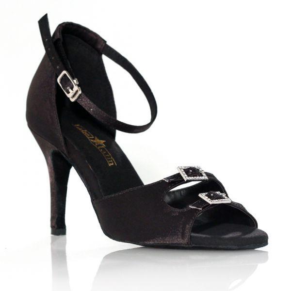 """Un classique si ce n'est pas LE grand classique de la chaussures de danse qui reste indispensable à votre garde robe. Grâce à ses strass raffinés, ce modèle de chaussures de danses pourra vous accompagner dans toutes vos soirées dansantes en vous assurant la touche de chic qui fait la différence. Modèle """"Strass"""" noir de Label Latin 65€ www.label-latin.com"""
