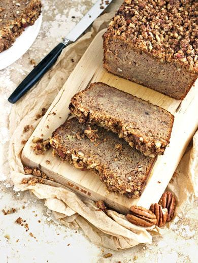 Paleo Honey and Pecan Banana Bread - Easy, healthy and the pecan streusel? TO DIE FOR. | Foodfaithfitness.com | #paleo #bananabread #recipe