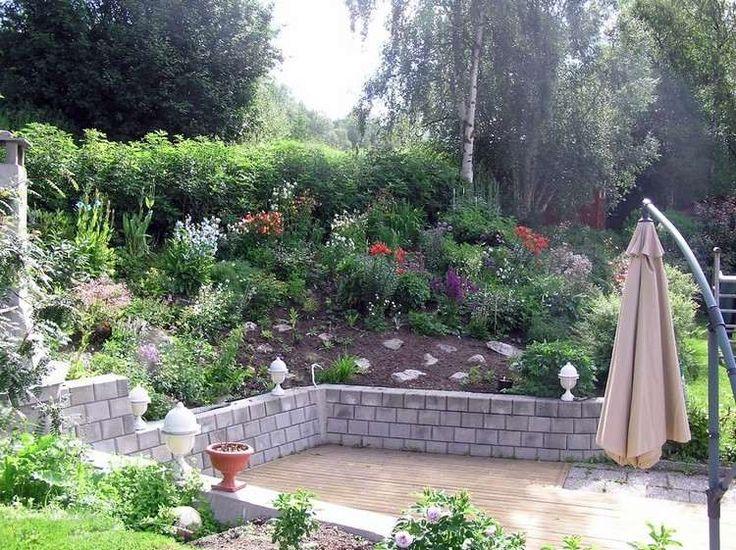 Jardin En Pente Am Nag Avec Un Muret De Sout Nement Et Une V G Tation Opulente Murs De Butte