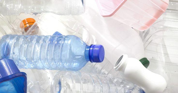 Cómo hacer plástico biodegradable. Los plásticos biodegradables pueden derivarse de varios materiales basados en almidón. El almidón es un polímero natural, y puede ser rápidamente atacado y descompuesto por microbios. En la industria, el almidón se descompone para hacer ácido láctico, el cual luego es poliomerizado para formar el plástico biodegradable polilactida (PLA, según sus ...