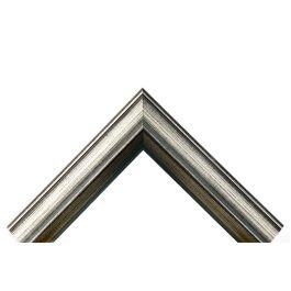 Valhalla Silver är en rustik ram som påminner om metall eller kraftigt järn. Den passar därför bra där man vill ha en ram som känns lite rå eller vass i sin natur. Falsdjupet på 17 mm gör att det mesta går att rama. Ytan är förgylld i silverfärg och genomsplipad mot mörkbrun botten, för en vacker och samtidigt grov känsla. Bredden på fyra centimeter gör att den passar bra till lite större ramar. Bredd: 41 mm. Höjd: 28 mm. Falsdjup: 17 mm.