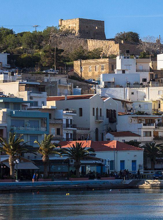 """Sitia ist ein attraktives Hafenstädtchen, ganz im Osten der Insel Kreta. Mit etwa 300 Sonnenstunden im Jahr ist Sitia ein Traumziel, besonders für Nordeuropäer. Die Häuser sind terrassenförmig an den Hang gebaut und werden von den Resten der venezianischen Festung """"Kazarma"""" überragt. #greece #crete #lasiithi #sitia"""