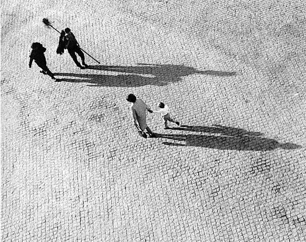 Eduardo Gageiro - Calçada em Lisboa, Portugal, 1976