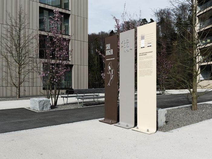 Arealkennzeichnung auf dem Vorplatz der Wohngebäude 31-49