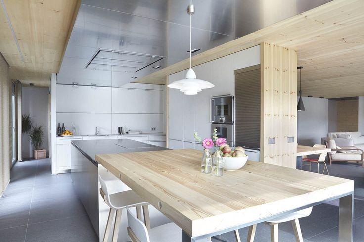 Kuchnia, nowoczesna kuchnia, drewniana kuchnia, jasna kuchnia, metalowe meble kuchenne. Zobacz więcej na: https://www.homify.pl/katalogi-inspiracji/18055/neutralne-wnetrza-czyli-design-w-stylu-nude-7-inspirujacych-stylizacji