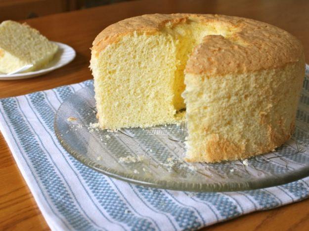 Pastry Blogger, la soffice Chiffon Cake: il ciambellone delle meraviglie! Il ritorno della nostra Pastry Blogger Stefania Seddopo la pausa pasquale è segnato da una torta speciale, morbida dal profumo inebriante e dal sapore leggero e goloso: la Chiffon Cake o ciambellone americano. La Chiffon Cake è un dolce di base nato in Usa adatto...