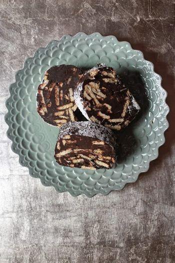 冬になると、イタリアにあるパスティッチェリア(菓子店)でこのチョコレートサラミが並びます。冷やし固めて切るので、夏ではなく冬向きの商品なのだとか。