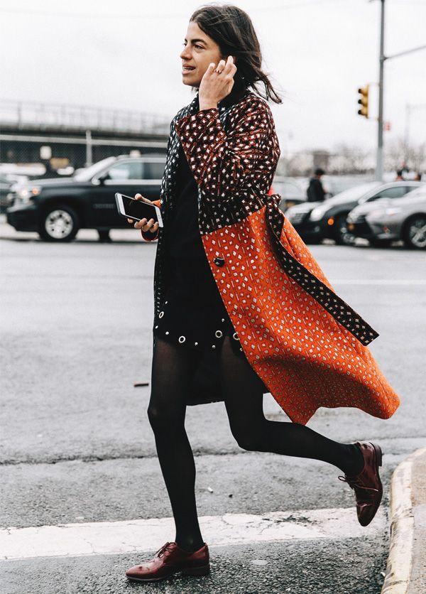 Look de inverno da editora Leandra Medine com vestido preto e maxi casaco estampado.