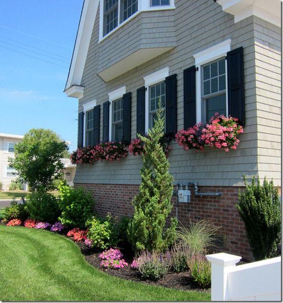 Les 53 meilleures images du tableau window boxes sur pinterest balcons bo tes fleurs et - Fixer jardiniere rebord fenetre ...
