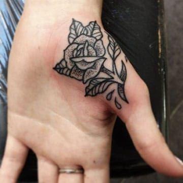 tatuajes de rosas en la mano en la palma