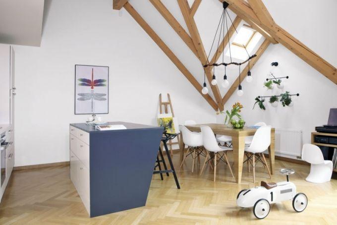 Pro interiér jsou typické šikmé linie. Kromě stavebních prvků jsou výrazným prvkem barových i jídelních židlí a zádní části ostrůvku
