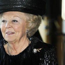 DEN HAAG - Prinses Beatrix, die vrijdag 76 jaar is geworden, krijgt ter gelegenheid van die verjaardag en vanwege haar afscheid als koningin twee bijzondere huldeblijken. Het eerste is vrijdagavond in de vorm van een speciale aflevering van de TV Show van Ivo Niehe. Daarin komen staatshoofden en regeringsleiders, van de Israëlische president Shimon Peres...