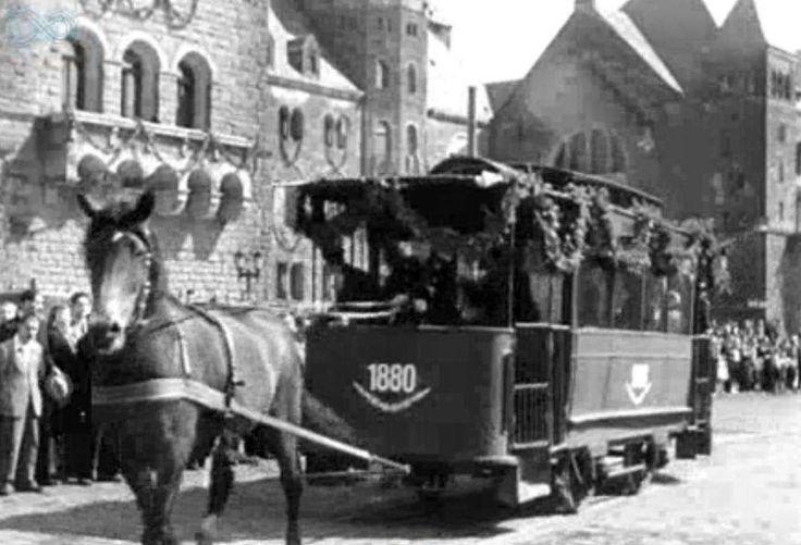 wyszukaliśmy niesamowitą kronikę filmową starego Poznania z 1948 roku dotycząca jubileuszu miejskiej komunikacji. Zobaczyć można m.in. konny tramwaj.