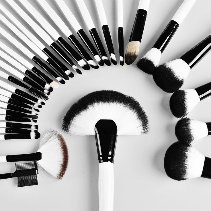 Quantity: 32 pcs/set Color: black-white hair material: Soft Synthetic fiber handle material: Solid wood brush tube: Aluminum Included: 14 x the Specifications eyeshadow brush 6 x The Specifications Bl