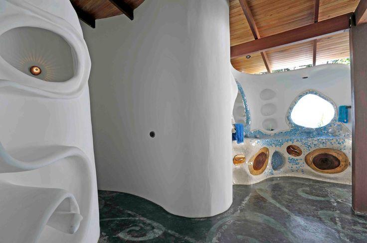 Baño estiló Gaudí. Si quieres ver más, visita OneDreamArt.com