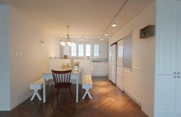 프렌치도어로 이국적인 느낌을 준 33평 아파트 인테리어 _ 이사 후 전체적으로 화이트 컬러를 사용하여 밝...