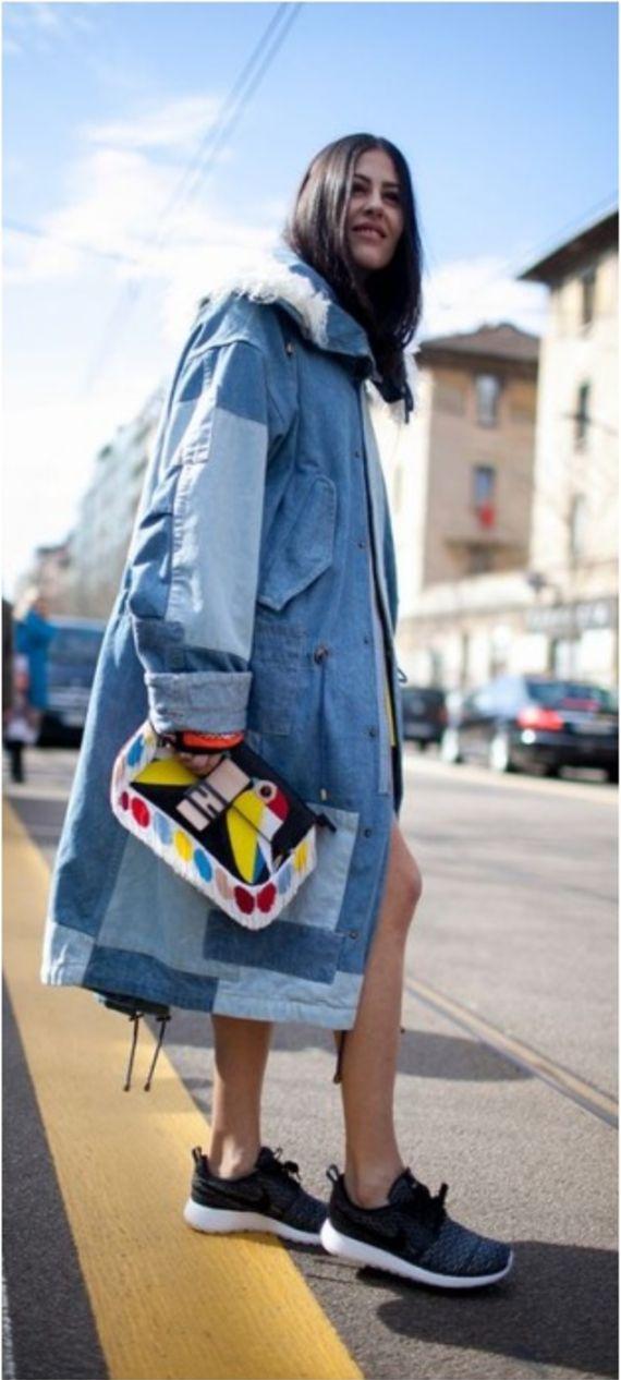 Look com casaco em patchwork jeans, com bolsa colorida e tenis