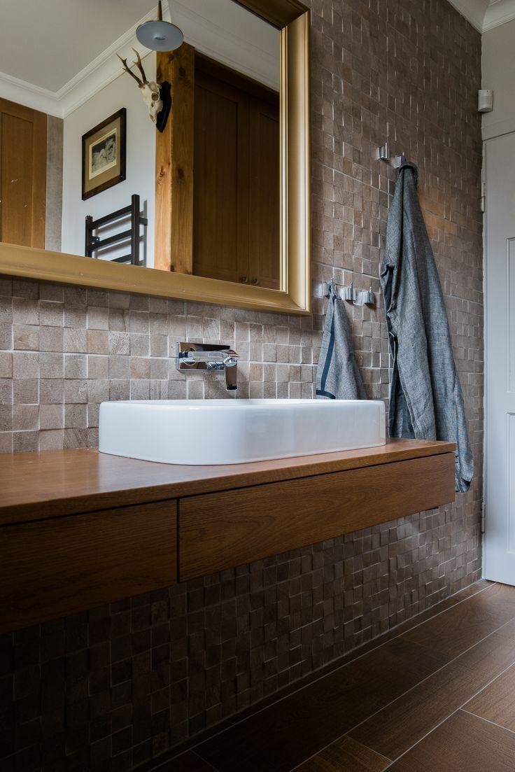 Klimatyczna łazienka. Ceramika PORCLANOSA. Drewniany blat. Minimalistycze lampy. PRojekt i zdjęcia: Jacek Tryc - wnętrza.