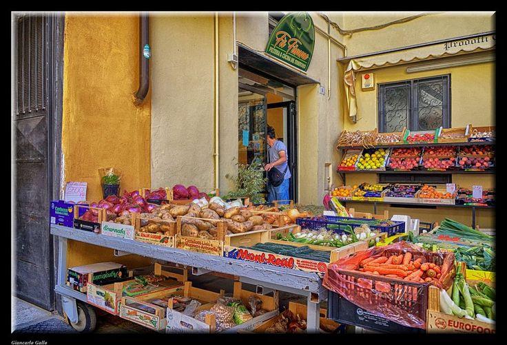 Square market by Giancarlo Gallo