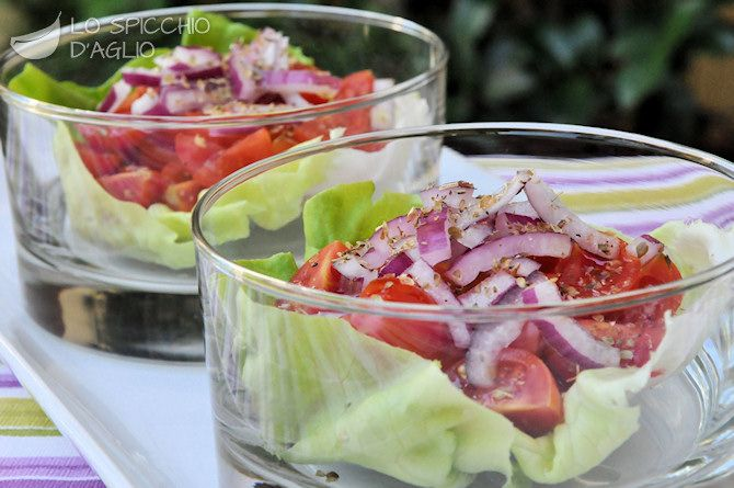 Insalata di pomodorini in foglie di lattuga