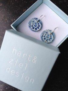 Fiona Drewes-Hart en Ziel Design-porseleinen oorbellen in doosje-Vier Hoog Achter