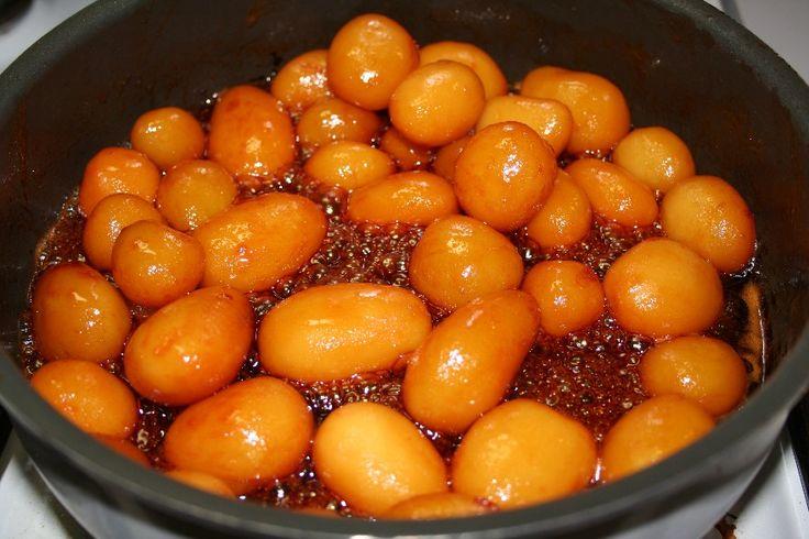 Kog kartoflerne med skræl på og pild dem så og lad dem køle af, gerne til næste dag. <BR> <BR> Lad sukkeret smelte i en pande ved jævn varme, til det er gyldent. Undlad at røre i det. Kom smør i og