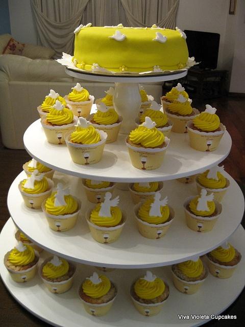 Torre de Torta y Cupcakes Personalizados by Viva Violeta Cupcakes., via Flickr