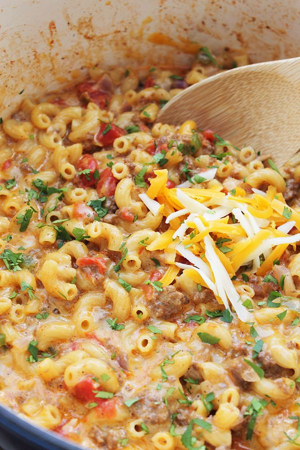 Chile Con Queso Mac and Cheese- an easy one pot meal the whole family will love! | Countryside Cravings