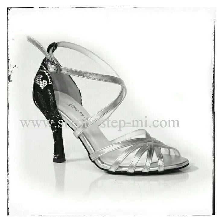 Sandalo in pelle argento e tallone e tacco in pizzo nero su base argento #stepbystep #scarpedaballo #danceshoes #tango #bachata #salsa #pizzo #sandali #sandal #sandals
