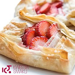 Parcels of filo pastry with strawberries and almonds