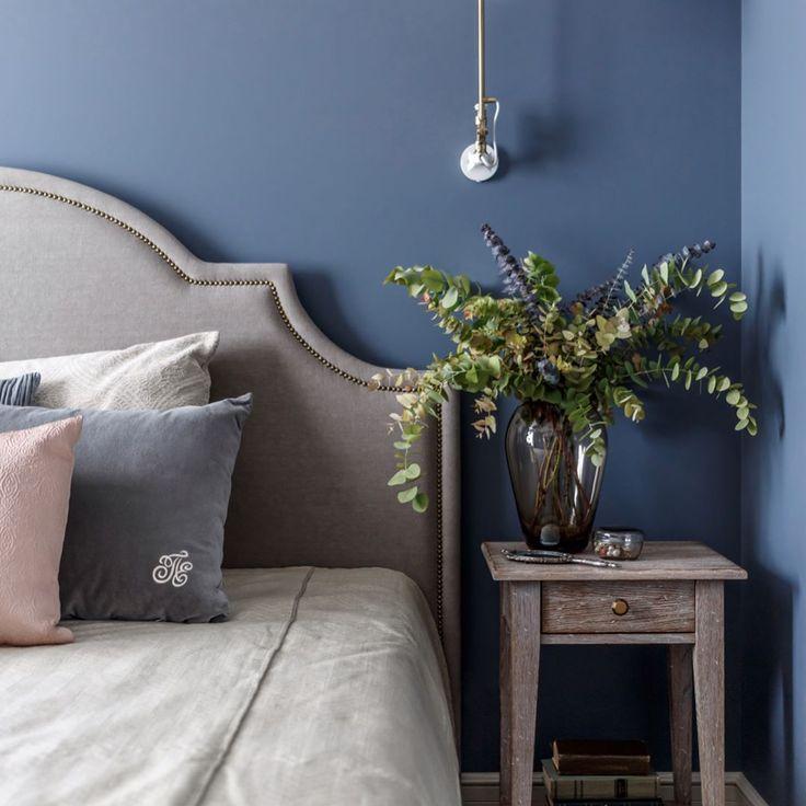 """В этом проекте нам очень точно удалось угадать настроение заказчиков и создать пространство с отсылкой к Франции. Здесь и состаренное дерево, и припыленные стены с яркими зелеными и голубыми акцентами, и принты, которые оживляют спокойный интерьер. Спальню """"одели"""" в серо-лавандовый. А самой броской получилась ванная комната, где медь, ярко-синие стены и геометричный пол соединились в дружный ансамбль. История проекта уже на нашем сайте enjoyhome.ru  Ссылка в профиле ✨#enjoy_home…"""