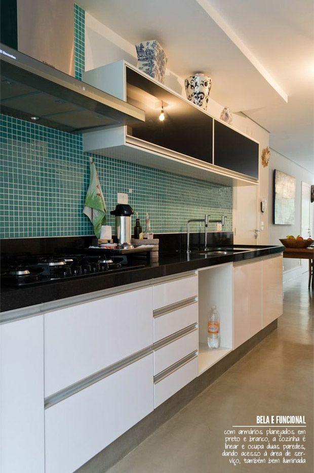cozinha em tons de preto, branco e pastilhas verde agua