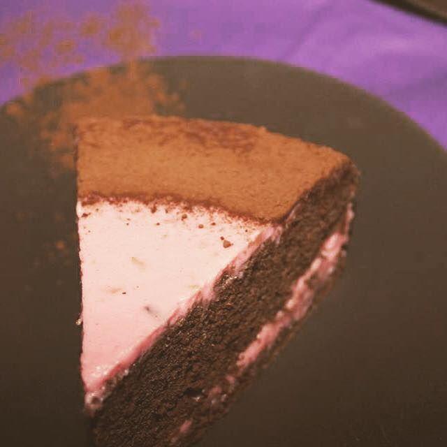 Tort de Ciocolata cu Crema de Mar si Iaurt: o combinatie surprinzator de reusita. Este facut fara zahar adaugat, fara gluten si fara grasimi adaugate.