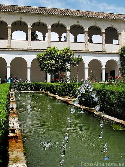 Patio del cipr s de la sultana la alhambra de granada for Patios de granada