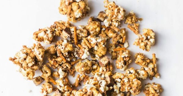 Salted Pretzel Snickers Vanilla Caramel Corn | How to make your new favorite game day salted pretzel Snickers vanilla caramel corn. This sweet and salty mixture is just TOO GOOD. Click through for the recipe. | game day snack recipes | popcorn snack recipes | homemade popcorn | glitterinc.com | @glitterinc