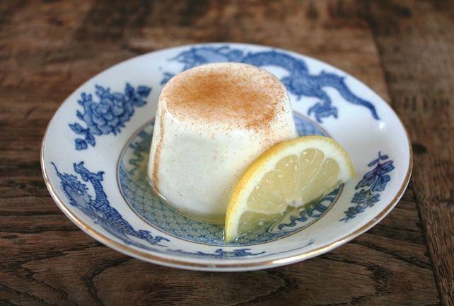 Dit toetje kan niet mislukken! Het is een eenvoudige panna cotta, heel makkelijk te makenen de citroenhoning siroop met kaneel daarbij is heerlijk. Je kunt ze makkelijk in grote hoeveelheden maken…