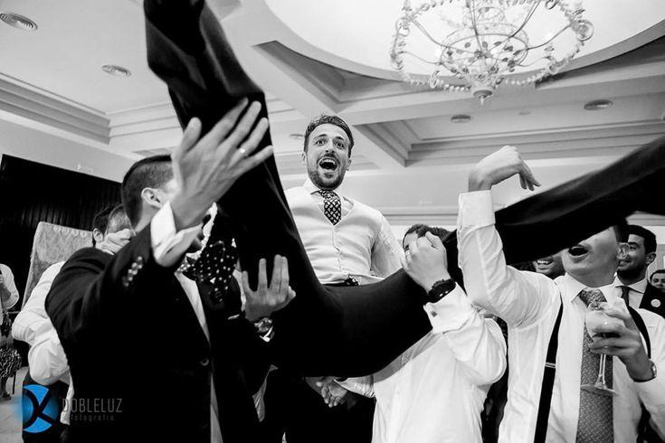 ¡Que divertidos son los finales de las bodas! // What a great moments have the end of a wedding!⠀ ⠀ www.dobleluz.com⠀ •⠀ •⠀ #fotografo #amor #boda #fotografia #vida #novia #paz #frases #retrato #Deus #modelo #casamento #fotos #fé #familia #poesia #boanoite #bodas #noiva #bomdia #fe #foto #fotografie #feliz #fotografodebodas #felicidade #dreamwedding #jesus #novios #invitadaperfecta