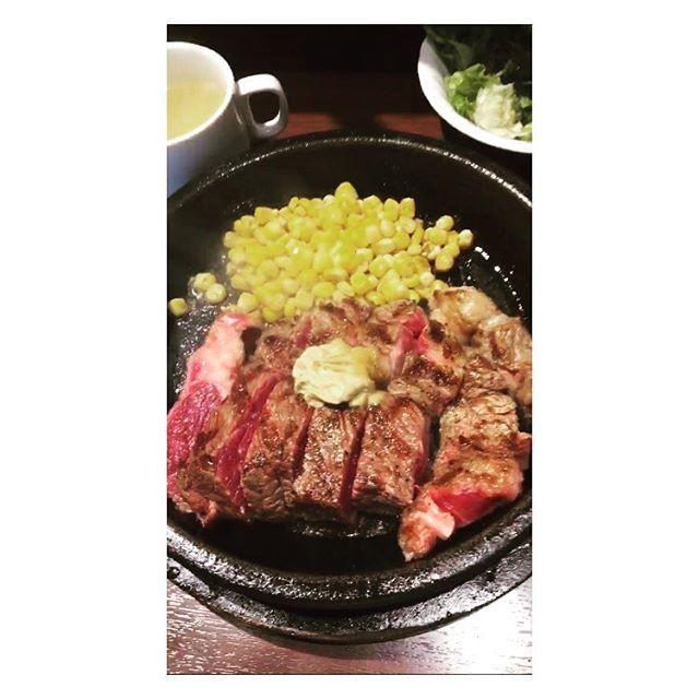 いきなりステーキいきたぁー!! という気持ちがいきなりきた!! ランチでやったら1200円で食べれるー!!! がっつりトレーニングしてから がっつりたんぱく質補給したいおもてもうてんなぁ。 アスリィーーーート❗️❗️❗️ . . . . . . . . . . . #food#飯テロ#グルメ#肉スタグラム #foodoftheday#foodstagram#肉 #ステーキ#いきなりステーキ#たんぱく質#タンパク質#栄養#筋肉#筋トレ#アスリート#steak #お肉#焼肉#焼き肉#トレーニング#ジム#ジム終わり#補給#肉体改造#プロテイン