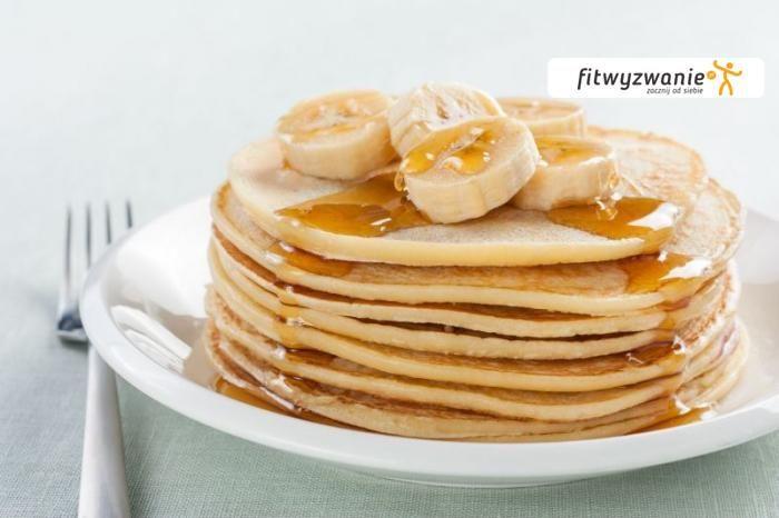 Banalnie proste i pyszne, trzyskładnikowe placuszki z bananów, jajek i płatków owsianych to świetny pomysł na dietetyczne i zdrowe śniadanie. Ilość s