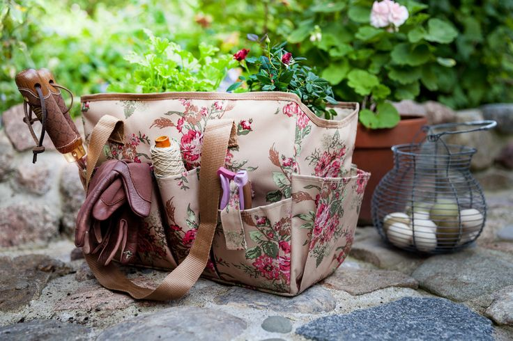 This practical and water-resistant bag, with pockets for various garden tools, can be used for plant shopping or as a picnic bag among other things.