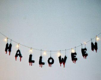 Ghirlanda di Halloween. Legno, dipinto a mano. Lettere, sangue. Fatto a mano. Dolcetto o scherzetto. Luci a LED. Decorazione, partito.