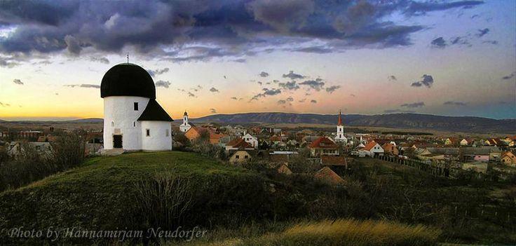 Hannamirjam Neudorfer .  ÖSKÜ falu - alig több mint kétezer lakossal, Veszprémtől 15 km-re található, a Bakony lábánál. A Kerektemplom a XI. században épült. Hungary