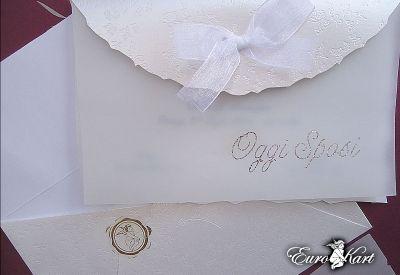 Uso della carta semi-trasparente abbinato a scritte in argento : un invito nuziale da una indiscussa eleganza.