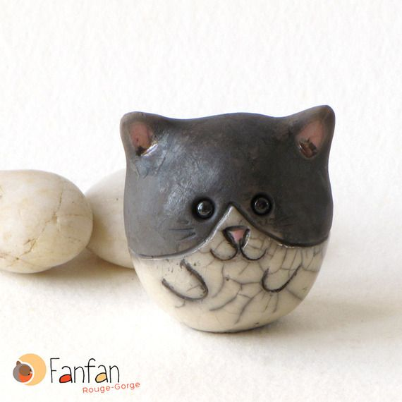 Petit chat boule en céramique Raku