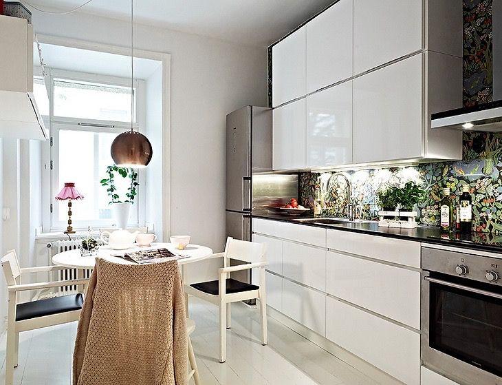 минималистический дизайн кухни + яркие обои под стеклом